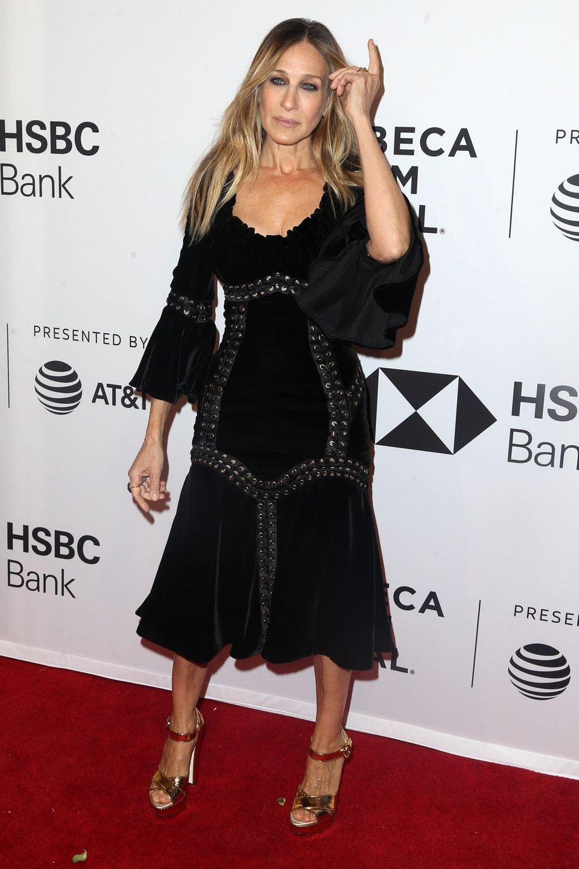 Beim Tribeca Filmfest geht es Sarah Jessica Parker etwas ruhiger und gediegener an. Auf dem roten Teppich posiert sm schwarzen Kleid mit Ösendetails.