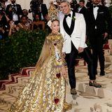 Bei der MET Gala wird es pompös. Hier erscheint Sarah Jessica Parker in einer Couture-Robe mit Brokatschleppe von Dolce & Gabbana.