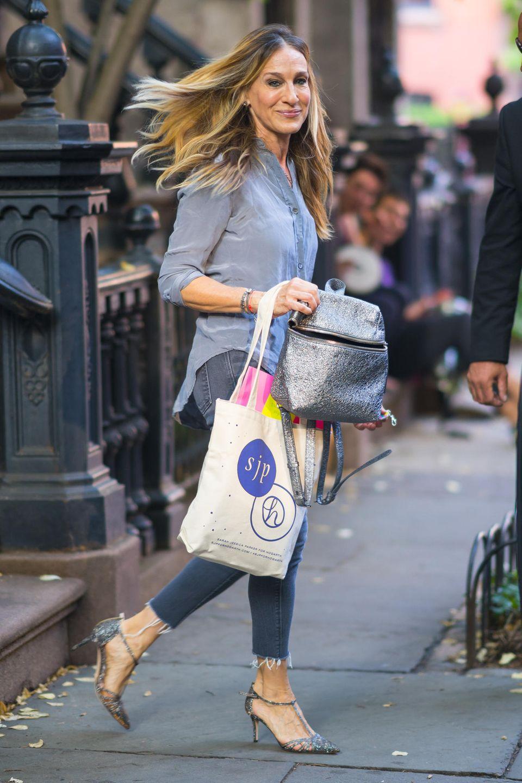Auch zu einem ganz lässigen Jeans-Look gehören bei Sarah Jessica Parker die Glamour-Heels. Das schafft einen Kontrast zu dem legeren Jutebeutel.