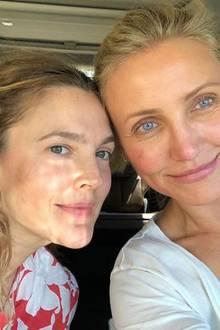 """Anfang der 2000er-Jahre stehen Drew Barrymore und Cameron Diaz für """"3 Engel für Charlie"""" gemeinsam vor der Kamera. 18 Jahre später zieht es sie nur noch vor die private Linse - und zwar ungeschminkt und ohne Filter. Sie zeigen: Auch so sehen sie ganz himmlisch aus."""