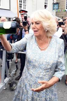 Und immer rein damit. Herzogin Camilla tauft ein Rettungsboot mit einer Flasche Sekt bei ihrem Besuch des Fowey Festivals.