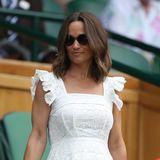 Die schwangere Pippa Middleton zeigt ihren süßen Babybauch in einem maßgeschneiderten Kleid mit Flügelärmeln von der Designerin Anna Mason.