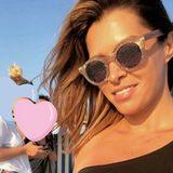 Ausgelassen und glücklich: Sabia Boulahrouz zeigt sich endlich wieder mehr auf Instagram. Aktuell genießt sie einen Urlaub mit Freundinnen auf Sylt und setzt dabei auf eine lässige Sonnenbrille. Doch vielleicht zeigt sie auf diesem Selfie deutlich mehr als gewollt. Durch ihr asymmetrisches Top scheinen nämlich ihre Nippel durch.