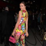 Irina Shayk mit einer Mini-Bag bei einer Shoperöffnung von Versace in London.