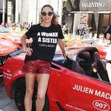 Fashion-Looks: Auch in T-Shirt und Shorts macht Lilly Becker eine gute Figur! Das Outfit ist durch den Materialmix sportiv und sexy zugleich.