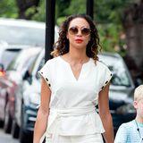 Fashion-Looks: Lilly Beckers Style ist vielseitig. In der Freizeit setzt sie nicht immer nur auf sexy Looks, sondern geht es auch mal entspannt an. Hier trägt sie ein sommerliches Outfit in hellen Tönen und setzt farbliche Akzente mit ihren Accessoires.