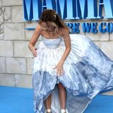 "Bei der Premiere des Films ""Mamma Mia! Here We Go Again"" in London bezaubert Schauspielerin Lily James mit einem luftigen Prinzessinenkleid. Nur scheint es vorne nicht so richtig zu sitzen ..."