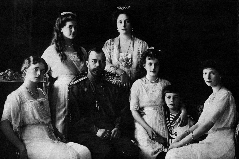 Zar Nicolas II., Zarin Alexandra und ihre fünf Kinder starben in der gleichen Nacht unter den Händen der Bolschewiken.