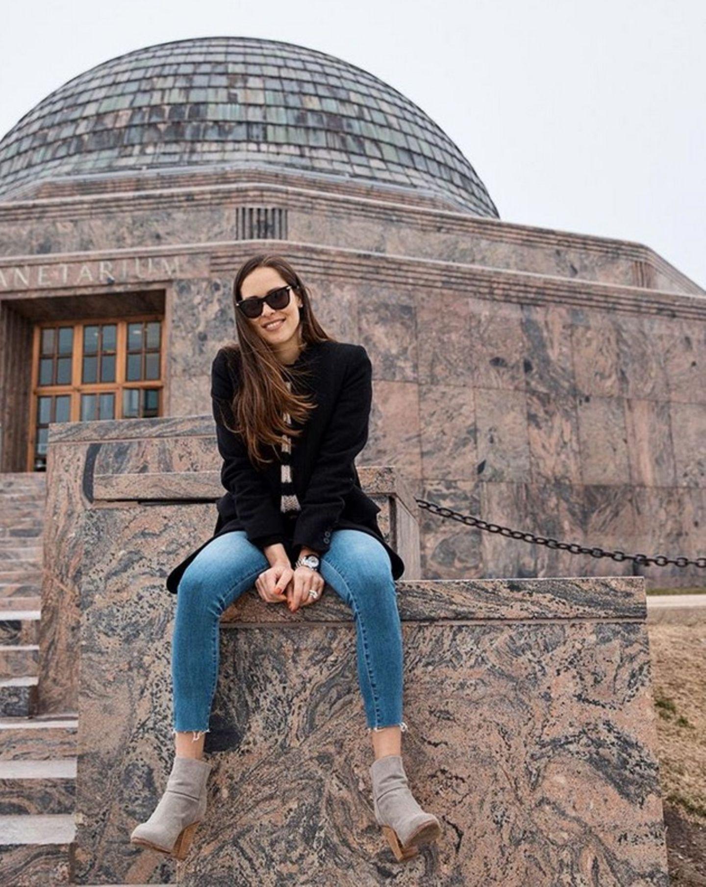 Auch an kühlen und regnerischen Sommertagen in Chicago bleibt Ana Ivanovic ihrem Casual Look treu. In Skinny Jeans, Streifen-Pulli und Boots posiert die hübsche Serbin für ihre Instagram-Fans.