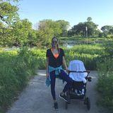 Die sportliche Ana Ivanovic ist mit ihren beiden Jungs im Park unterwegs. Für den Spaziergang ist die hübsche, ehemalige Tennisspielerin in eine bequeme Leggings, Sneaker und ein neonorangefarbenes Top geschlüpft.