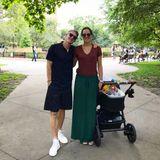 Wie gewohnt lässig zeigt sich Ana bei einem Spaziergang mit Bastian und Baby. In einem stylischen Rock von Zara in einem waldgrün, der gerade mal dreißg Euro kostetund einem weinroten Shirt, schaut die ehemalige Tennisspielerin ganz zauberhaft aus.