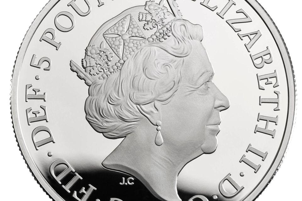 Wie bei der normal im Umlauf befindlichen Münze ist die Queen auf einer Seite der Fünf-Pfund-Münze zu sehen