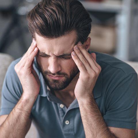 Symbolbild Mann mit Kopfschmerzen