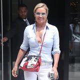 Der hautfarbene BH von Yolanda Hadid blitzt unter der Bluse hervor. Leider lässt dieser Fashion-Fauxpas den Look wenig elegant wirken.