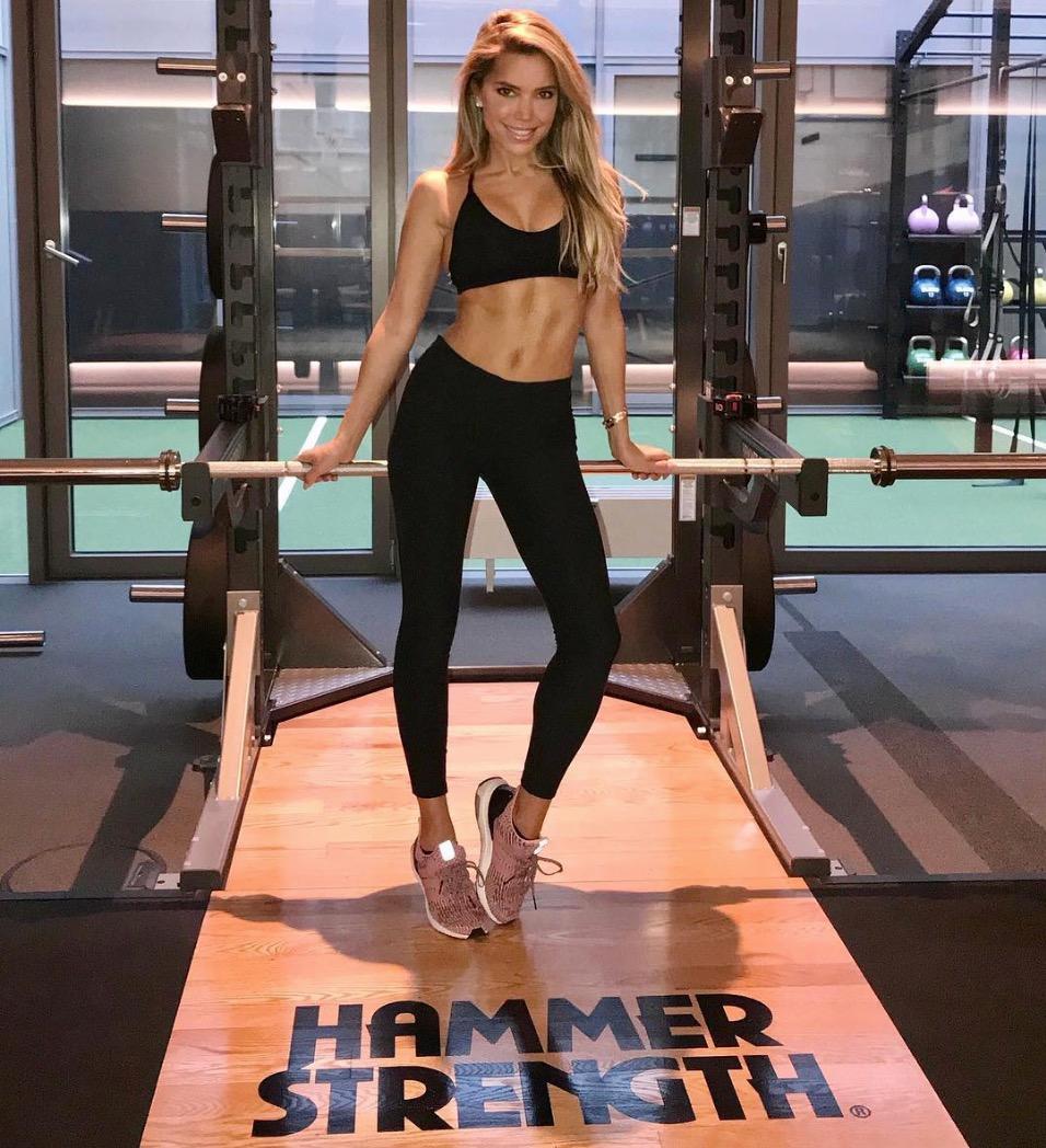 Sylvie Meis zeigt am Squat Rack ihrendurchtrainierten Körper.