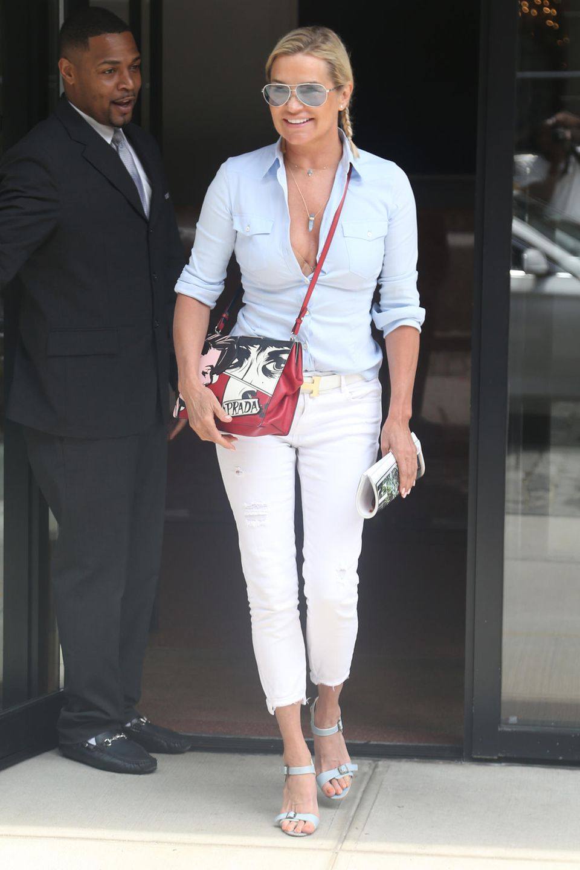 Yolanda Hadid spaziert in einem sommerlichen Outfit mit weißer Jeans und Hemd durch New York. Dazu kombiniert die Mutter von Topmodel Gigi Hadid eine rote Tasche des Luxuslabels Prada. Beim genaueren Hinsehen allerdings erkennt man einen klitzekleinenMakel...