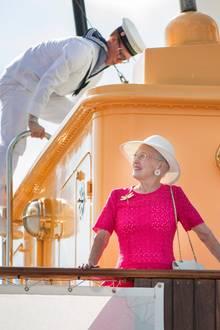 Bei sonnigem Wetter erkundet Königin Margrethe das schöne Deck der Dannebrog.