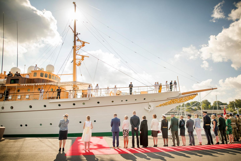 Was für ein Anblick: Die historische, luxuriöse Jacht Dannebrog am Hafen von Haderslev in Dänemark.
