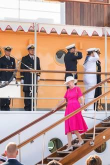 Königin Margrethebei der Ankunft mit dem Königsschiff im Hafen von Haderslev.