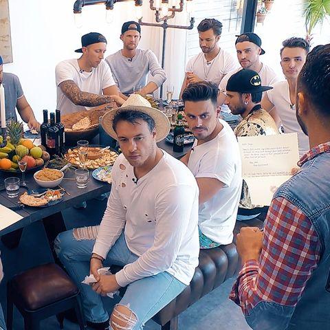Sie packen ihrenKoffer für die Bachelorette und packen ein: Ein weißes Shirt und eine dunkle Cap. Etwa so könnte man beschreiben, was fast alle Kandidaten in der RTL-Show tragen.