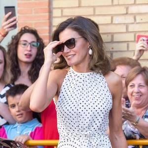 Dieser Look ist eine echte Punktlandung! Beim Besuch der Stadt Bailèn zieht Königin Letizia alle Blicke auf sich! Das helle Sommerkleid stammt von einer ihrer Lieblingsdesignerinnen: Carolina Herrera.