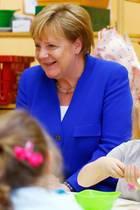 Herrlich: Merkel besucht Kita - doch alle lachen nur über Detail im Hintergrund