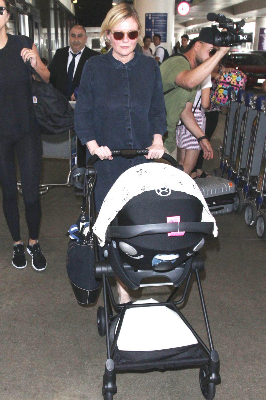 12. Juli 2018  Kirsten Dunst zeigt sich zum ersten Mal nach der Geburt von Söhnchen Ennis Howard in der Öffentlichkeit. Am Flughafen von Los Angeles spaziert die Schauspielerin mit deutschen Wurzeln mit dem Kinderwagen entlang. Energisch beschützt sie ihr Baby vor den aufdringlichenPaparazzi. . Der kleine, im Mai geborene Ennis scheint seinen ersten Auftritt im Blitzlichtgewitter allerdings friedlich zu verschlafen.
