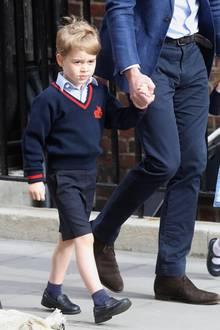 April 2018  Noch ist der Blick von Prinz George recht skeptisch, als er sich mit seiner Schwester Charlotte und Papa Prinz William auf den ins Lindo Wing Krankenhaus macht, in dem gerade sein Bruder Prinz Louis das Licht der Welt erblickt hat.