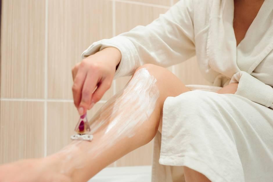 Rasur mit Folgen: Frau schneidet sich beim Rasieren - später verliert sie ihr Bein