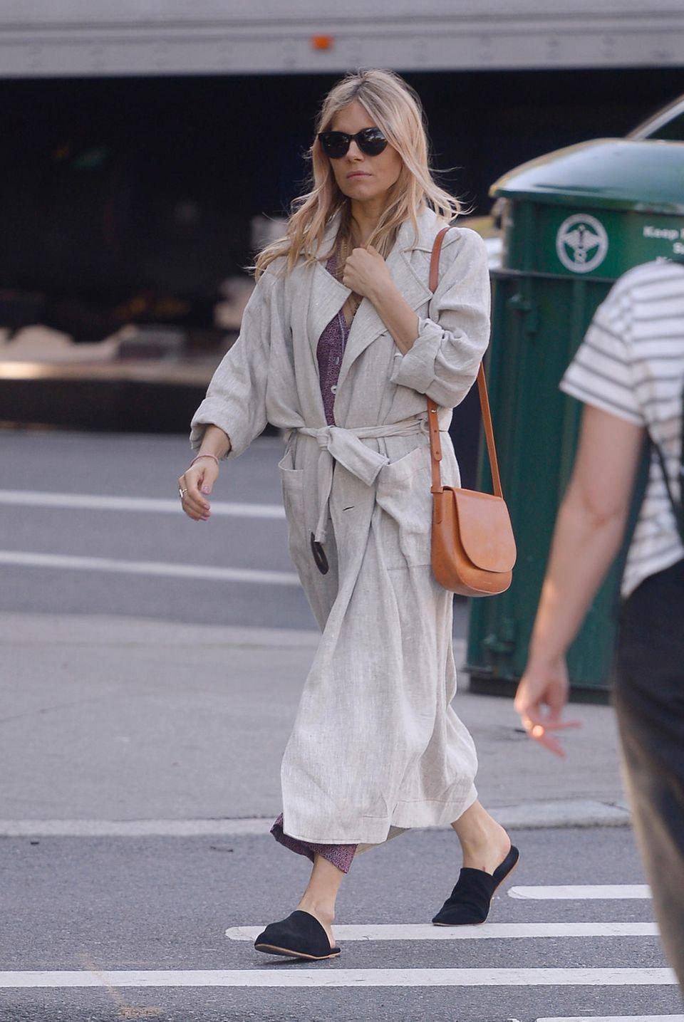 Lässig-Look XXL: Schauspielerin Sienna Miller in Slippern unterwegs.