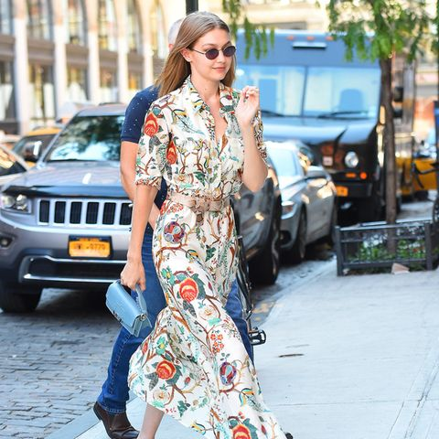 Model Gigi Hadid unterwegs in New York - in Slippern.