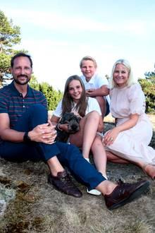 20. Juli 2018  Prinz Haakon (links)und Prinzessin Mette-Marit (rechts) posieren mit ihren KindernPrinz Sverre Magnus undPrinzessin Ingrid Alexandra beim Photoshootanlässlich des 45. Geburtstags des Kronprinzen auf der Halbinsel Maagerö.
