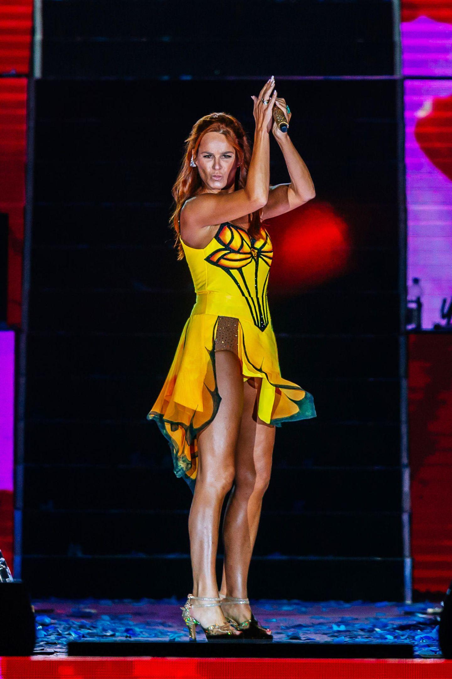 Das alljährliche Konzert in ihrer Heimat Aspach ist für die Fans von Andrea Berg immer wieder ein absolutes Highlight. Rund 15.000 von ihnen feierten mit dem Schlagerstar in der Mechatronik-Arena. Neben ihrer beeindruckenden Musik-Performance, begeisterte die Sängerin vor allem mit ihren sexy Outfits ...