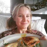 Zum Geburtstag wird Schauspielerin Kristen Bell mit einem lecker aussehenden Frühstück überrascht.