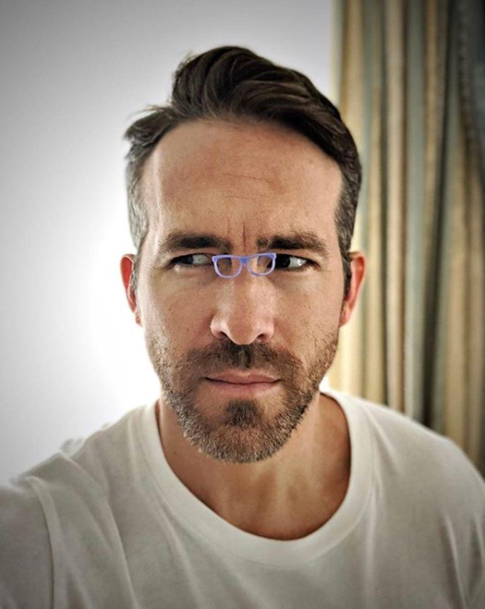 """17. Juli 2018  """"Probiere weiterhin den 'Kleine Brillen'-Trend aus. Habe diese hier bei 'Sunglass Hut' für 19.000 Dollars gekauft"""", postet Scherzkeks Ryan Reynolds."""