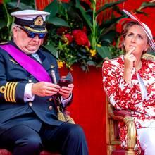 21. Juli 2018  Oder Prinz Laurent, der nur Augen für sein Smartphone zu haben scheint, während seine Ehefrau Prinzessin Claire den Eindruck macht mit ihren Gedanken wo anders zu sein ...
