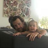 19. März 2018  Jason Sudaikis und Töchterchen Daisy versuchen es mit derselben Frisur. Wem steht's besser?