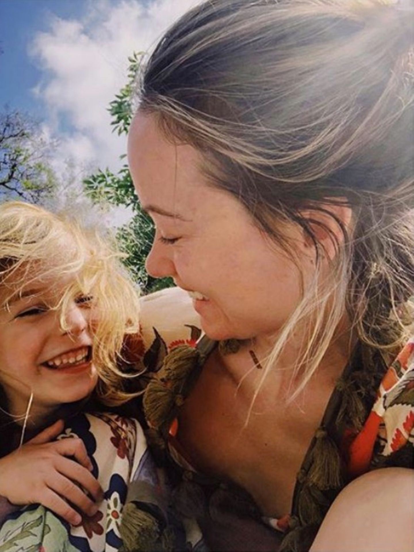 17. Mai 2018  Sohn Otis und Mama Olivia Wilde senden sonnige Grüße.