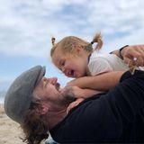 """18. Juni 2018  """"Dads rule"""", postet Olivia Wilde kurz und knapp zu dem fröhlichen Foto von Jason Sudeikis und Tochter Daisy."""