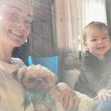 """12. September 2017  """"Frühaufsteher"""", postet OliviaWilde zu dem lustigen Foto mit Hund und Töchterchen Daisy."""