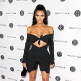 Kim Kardashianist mittlerweile für ihre sehr freizügigen Outfits bekannt und kann damit nicht mehr so leicht schocken.Neuerdings greift der Reality-Star allerdings gerne mal zur Radlerhose. Eine Tatsache, die für den ein oder anderen Betrachter womöglich befremdlich wirken könnte. Das längst vergessene Kleidungsstück aus den späten 90er- und frühen 00er-Jahre feiert aktuell ein Comeback. Dieser Look sieht allerdings ein wenig danach aus, als wäre Kims Kleidchen nicht lang genug, um ihre Shapewear zu überdecken.