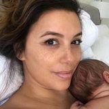Während Baby-SohnSantiago friedlich schläft, knipst Mama Eva Longoria schnell ein Selfie. Mit Messy Bun und ohne Make-up sieht man die Schauspielerin nur sehr selten. Aktuell hat ihr Sohn eben oberste Priorität und für Glamour-Make-up ist keine Zeit. Steht ihr ausgezeichnet, dieser natürliche Mama-Look.