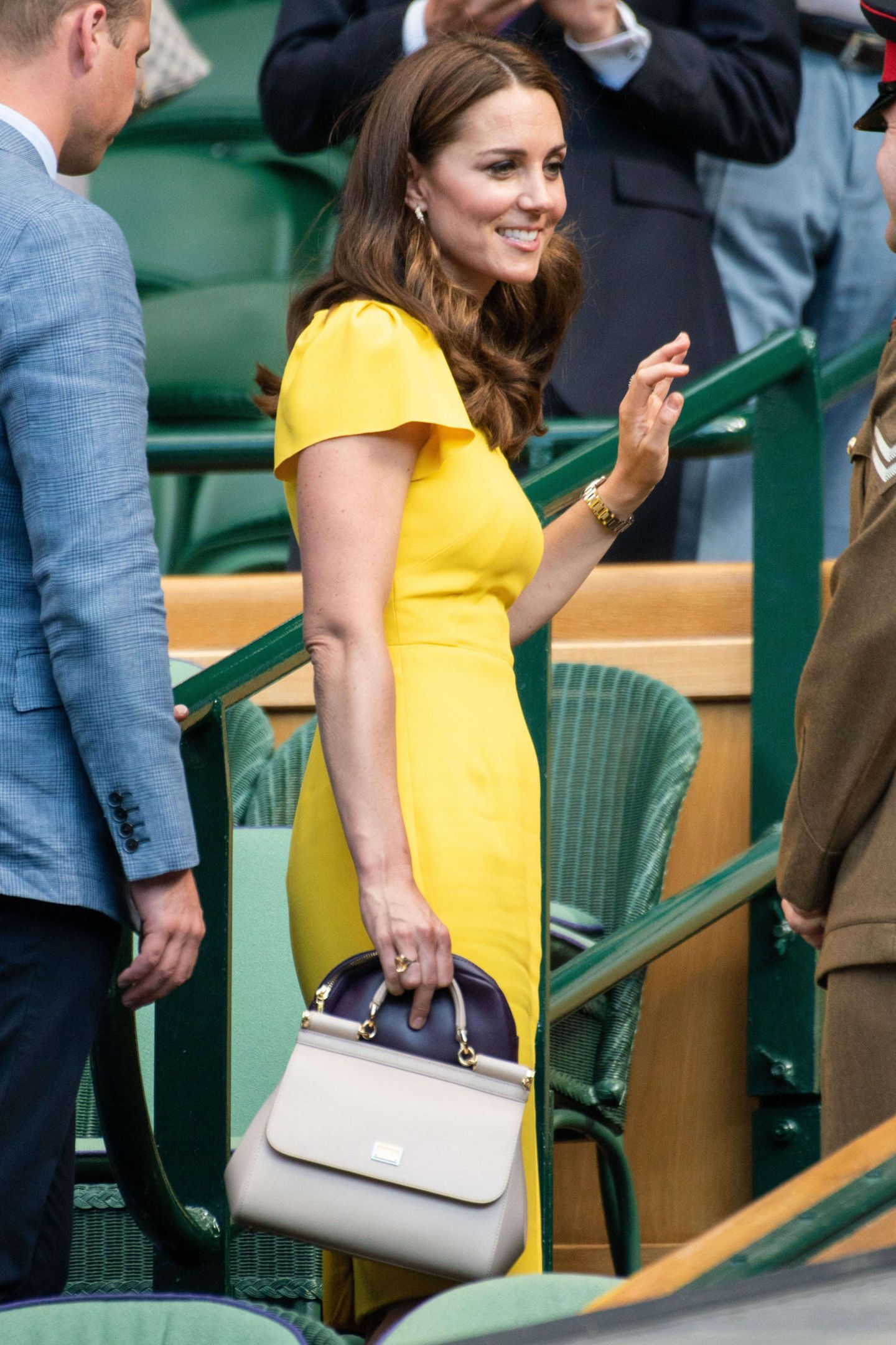 Und auch einen Tag später trug Kate ihre beigefarbene Lieblingstasche in Wimbledon aus. Die ist übrigens noch online erhältlich - für schlappe 1.750 Euro.