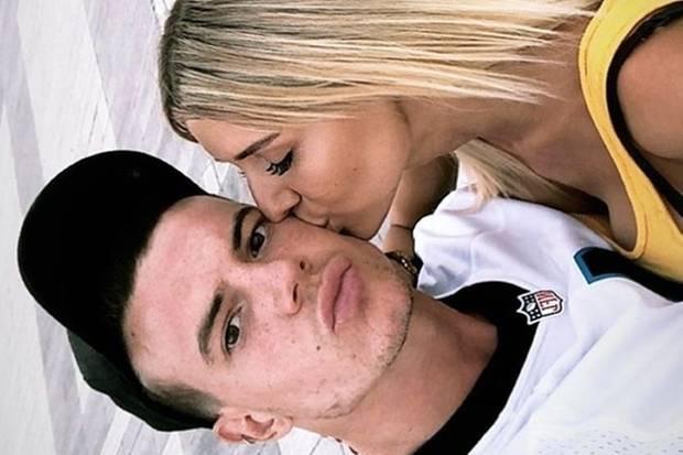 Gerda Lewis küsst ihren neuen Freund Adrien Laurent