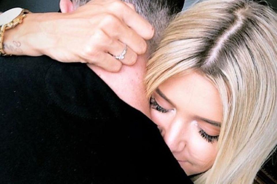 Gerda Lewis und ihr neuer Freund Adrien Laurent umarmen sich