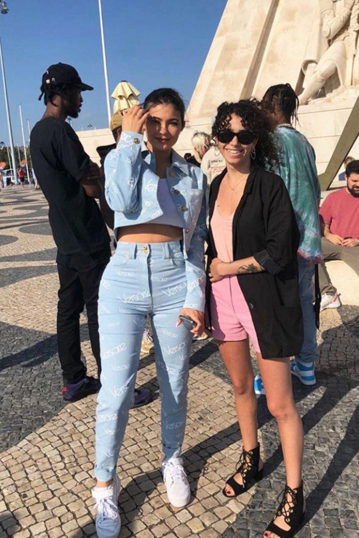 Auch Kylie Jenner scheint ein Fan von dem Versace-Logo-Zweiteilerzu sein. Die Beauty-Unternehmerin wählte allerdings ein Modell aus hellblauem Jeansstoff.