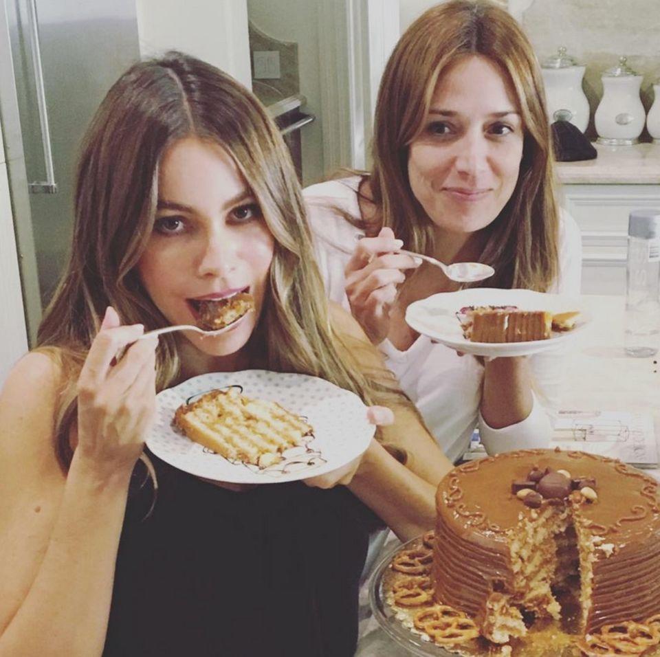 Yummie! Sofia Vergara feiert den Geburtstag einer Freundin und kostet die leckere Torte.