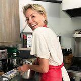 Heiße Grüße aus der Küche sendet Sharon Stone. Die Schauspielerin, komplett ungeschminkt,backt einen leckeren Schokokuchen.
