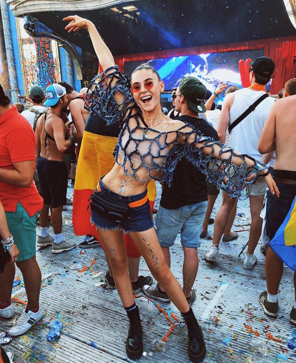 Model Stefanie Giesinger feierte gemeinsam mit ihrem Freund Marcus Butler auf dem Tomorrowland. Auf dem Festival sind ausgefallene Outfits ein Muss. Steffi kombiniert zu einer kurzen Shorts ein grobes Netz-Oberteil. Doch trägt sie etwa nichts drunter?