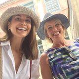 Jetzt wissen wir, woher sie die hübschen Gene hat: Grace strahlt mit ihrer Mutter Carmen in die Kamera.